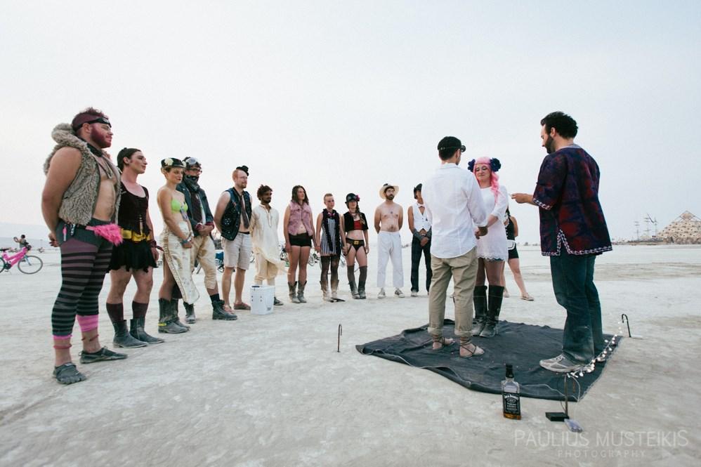 burning_man_wedding_photography_ceremony_in_Playa_wedding_photojournalism_DSC_4680