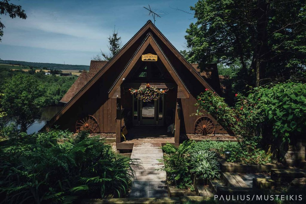 exterior of the AirBNB house in Dekorra, WI that Laura and Adrien rented for their Wisconsin river wedding